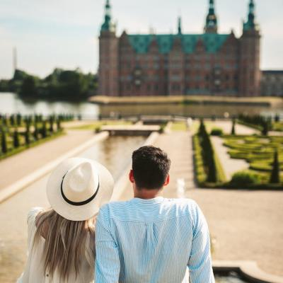 Couple looking at Frederiksborg Castle